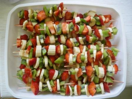 15 matin e brochettes de fruits web coles bi vre valloire - Presentation de brochette de fruits ...